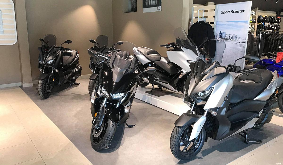 Toute la gamme Yamaha route exposée...